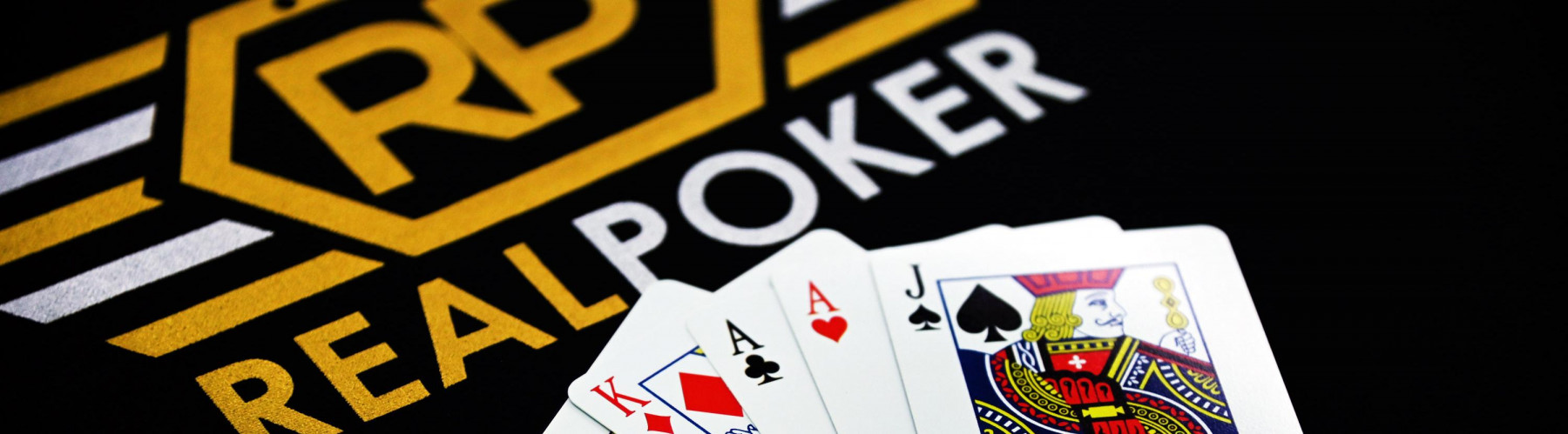 How much poker players make